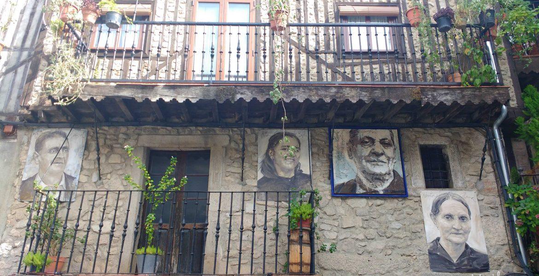 Una de las tantas casas en Mogarraz con los retratos de sus inquilinos.